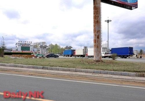 Китайские грузовики у таможни на границе с Северной Кореей