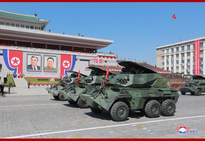 Ким Чен Ын на демонстрации и военном параде в Пхеньяне 13