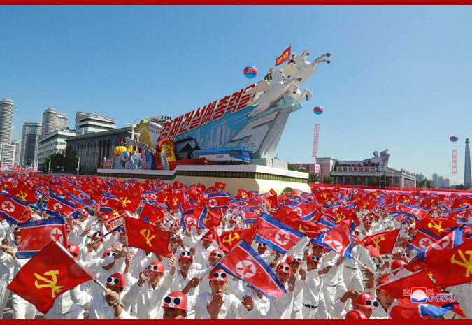 Ким Чен Ын на демонстрации и военном параде в Пхеньяне 18