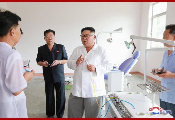 Ким Чен Ын на Мёхянсанском медико-инструментальном заводе 1