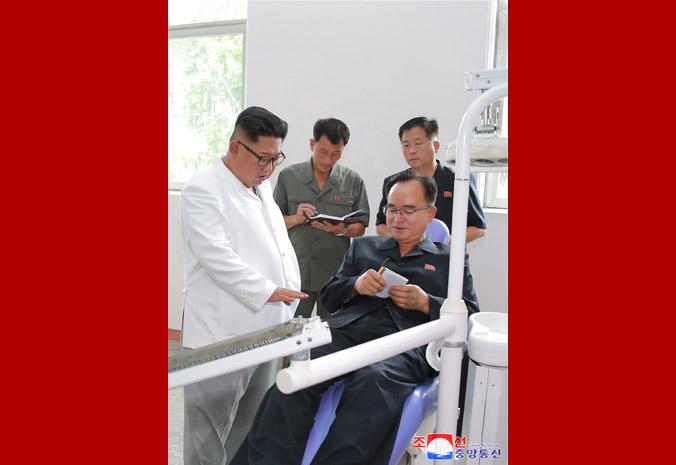 Ким Чен Ын на Мёхянсанском медико-инструментальном заводе 2