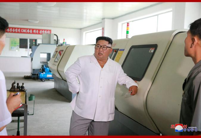 Ким Чен Ын на Мёхянсанском медико-инструментальном заводе 3