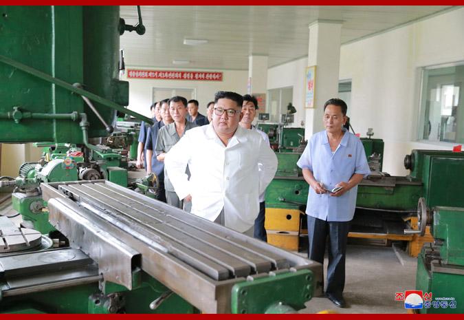 Ким Чен Ын на Мёхянсанском медико-инструментальном заводе 4